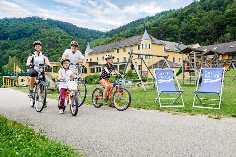 Hotel Donauschlinge mit Radfahrern