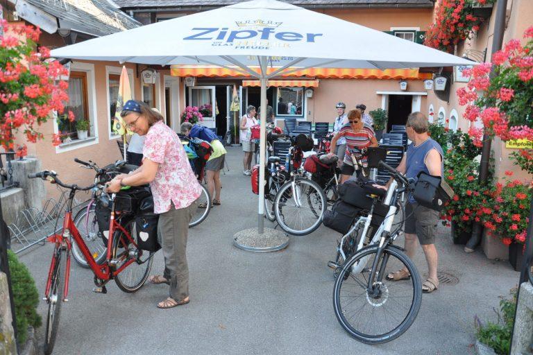 Radfahrer vor dem Gasthof Stralzn