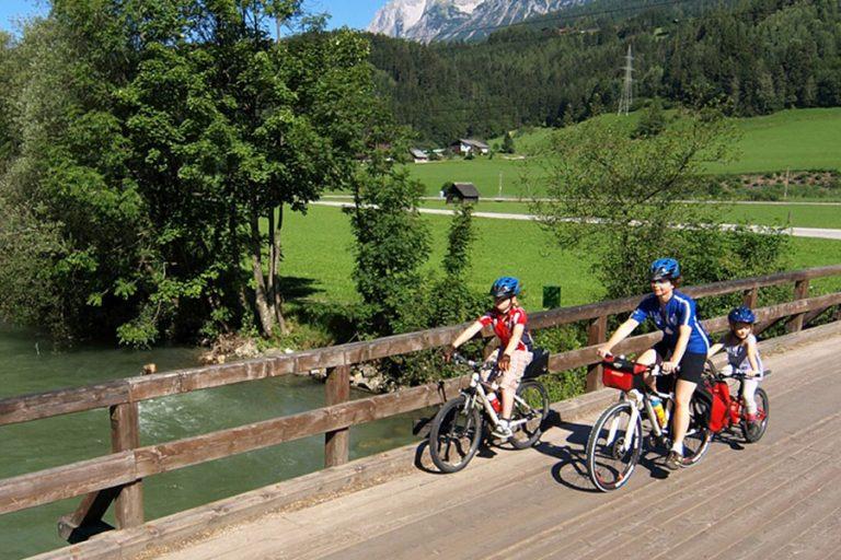 Am Ennsradweg bei Schladming (c) Steiermark Tourismus Arjan Kruik