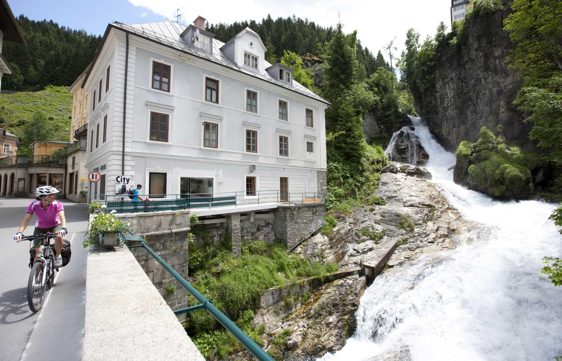 Alpe_Adria_Radweg_in_Bad_Gastein_Bruecke_ueber_Gasteiner_Wasserfall(c)SalzburgerLand-Daniel_Simon